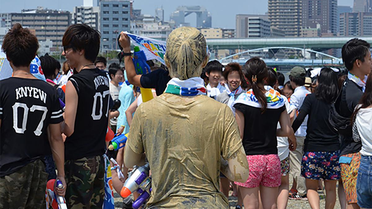 超盛り上がるお祭り「水かけ祭」を全身泥まみれレポート!